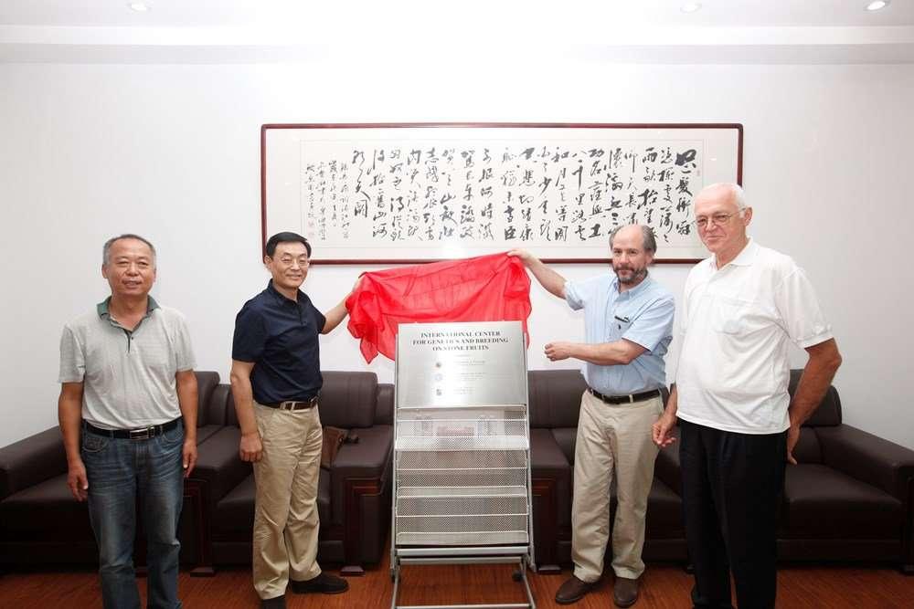 Inauguración del «Centro Internacional de Investigación en Genética y Mejoramiento de Frutales de Carozo», en la ciudad de Yingkou, Liaoning
